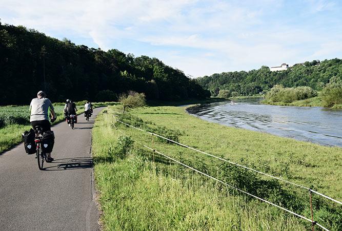 Weser Radweg mit Schloss Fürstenberg im Hintergrund
