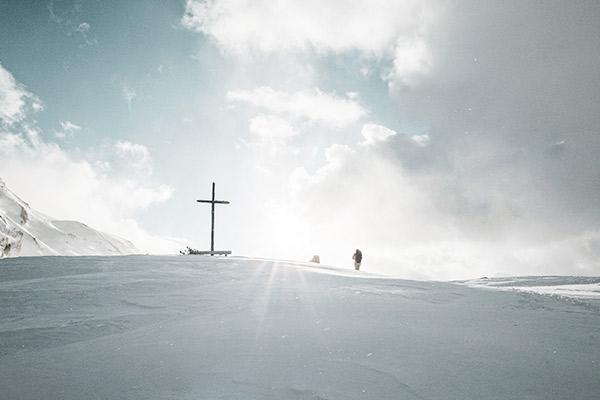 Gipfelkreuz in den Wolken, Fanesalm Dolomiten