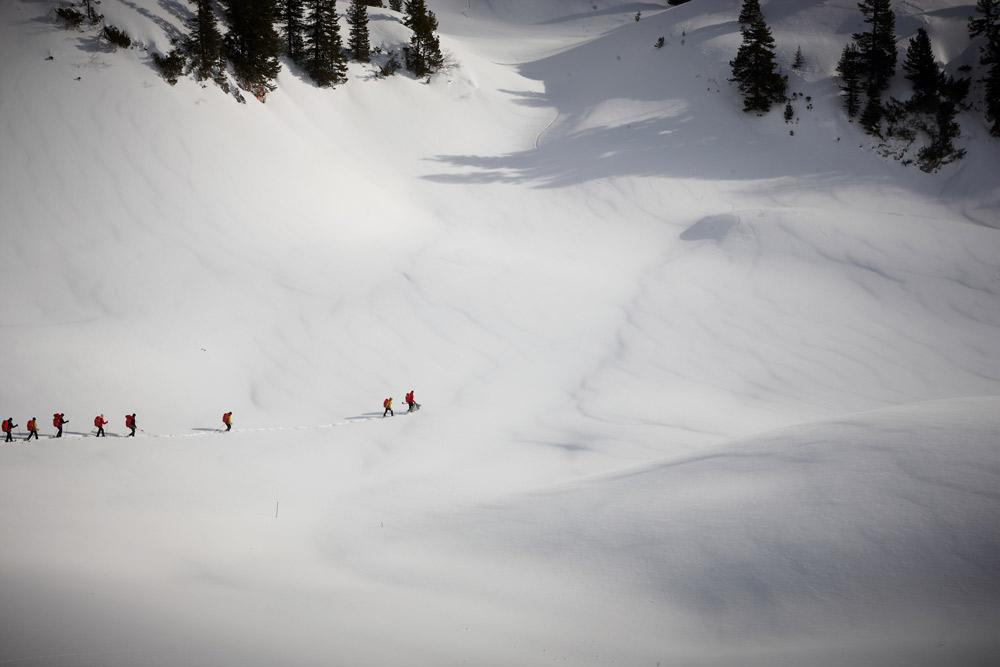 Gruppe Menschen in Schneelandschaft aus Entfernung