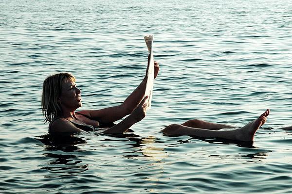Zeitung lesen im Toten Meer, Jordanien